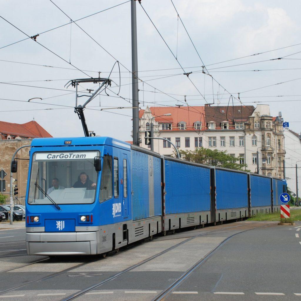 Nákladní tramvaj v ulicích Drážďan. (foto: Libor Hinčica)