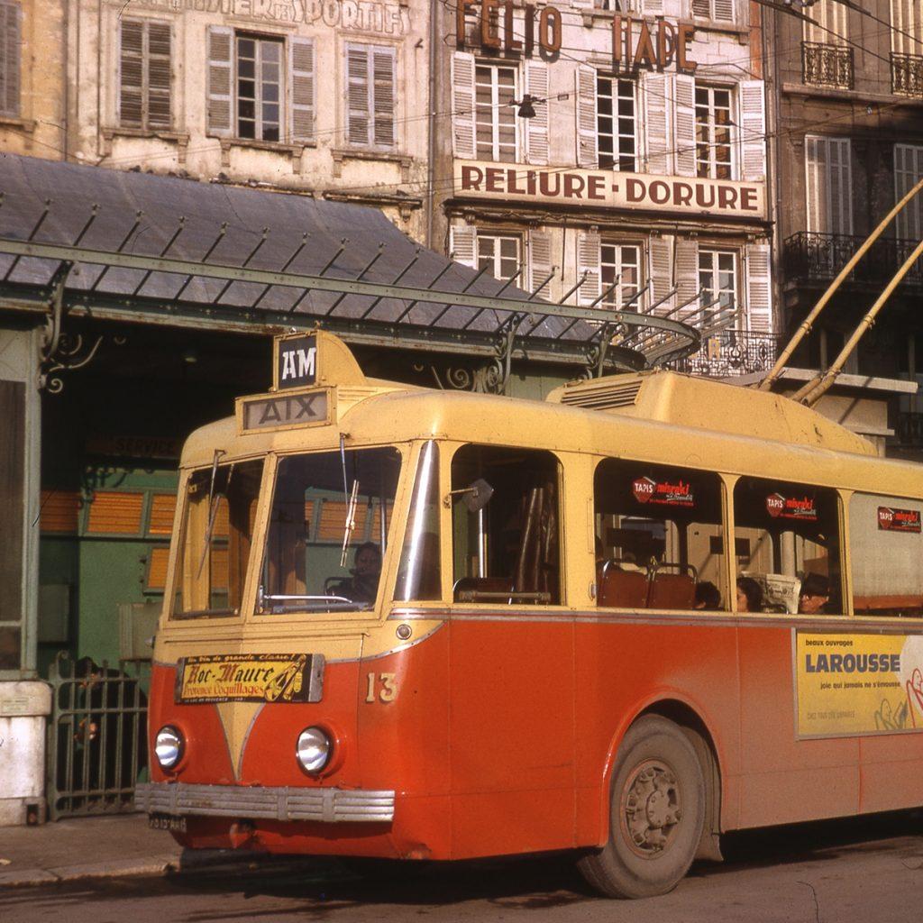 Jean-Henri Manara je jedním z pamětníků doby, kdy francouzská města brázdily trolejbusy značky VETRA. Roku 1964 zvěčnil jmenovaný pán trolejbus typu VBRh ev. č. 13 na konečné při marseillském náměstí Gabriel Péri. Město Marseille mělo jednak svou vlastní síť, ale zároveň bylo propojeno trolejbusovou tratí se sousedním městem Aix-en-Provence (zkráceně