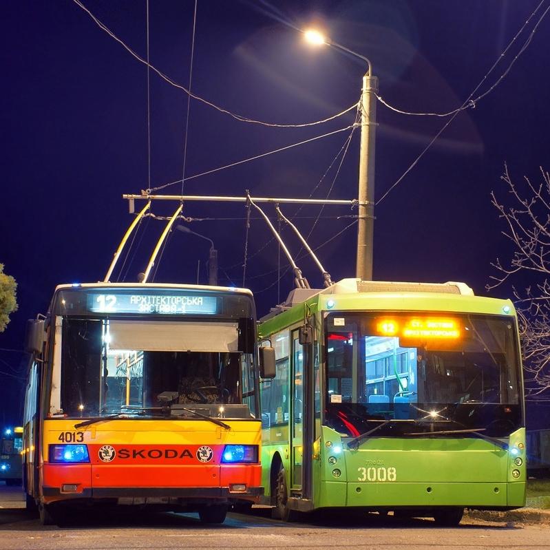 Na snímku z roku 2013 vidíme dva trolejbusy na nejjižnější trolejbusové smyčce města Architektorskaja ulitsa. Trolejbusy ovšem budou do Čornomorsku jezdit z jiného místa oděské trolejbusové sítě ležícího o něco více na západ. (foto:Aleksandra Ignat'jeva)