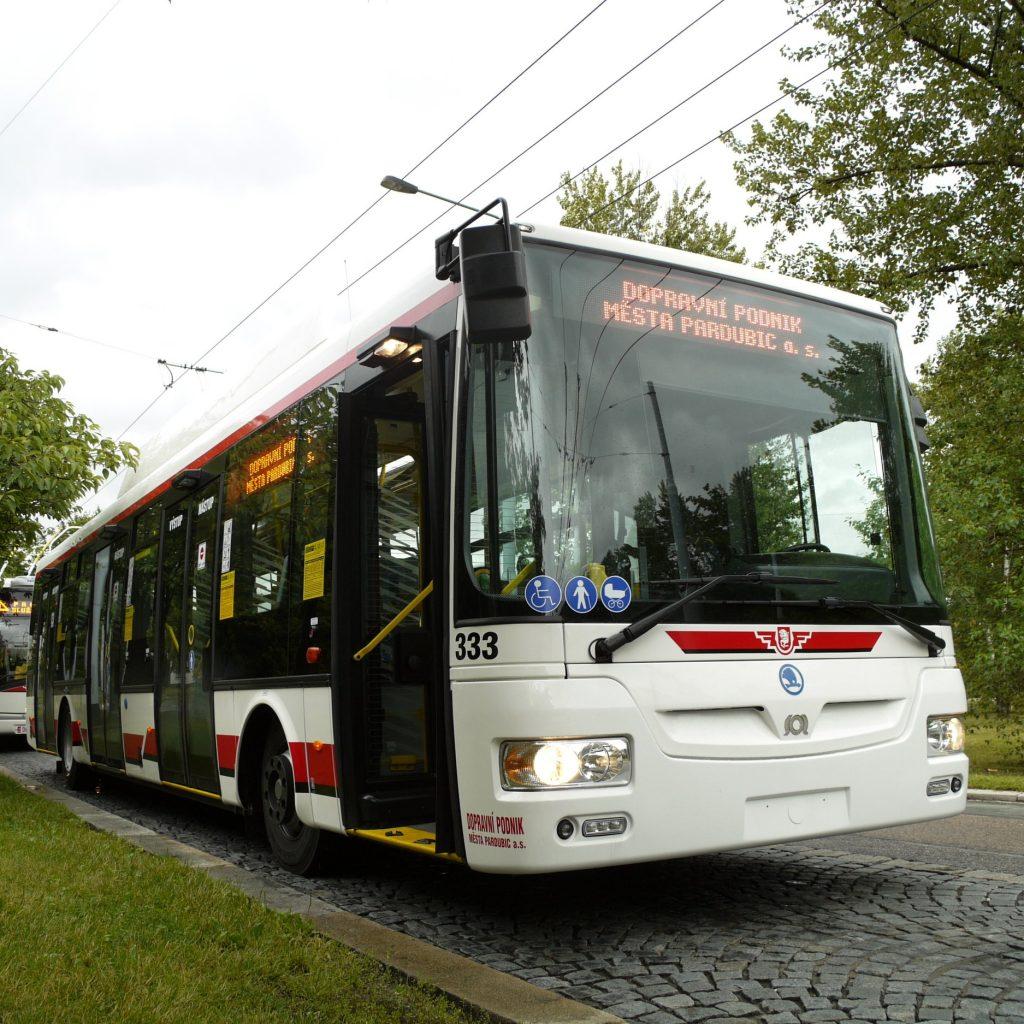 Trolejbus Škoda 30 Tr v Pardubicích. (zdroj: Wikipedia.org; foto: Jindřich Vohnout)