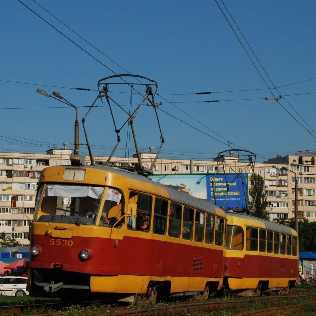 Souprava tramvají T3 na boční větvi kyjevské pravobřežní rychlodráhy. (foto: Libor Hinčica)