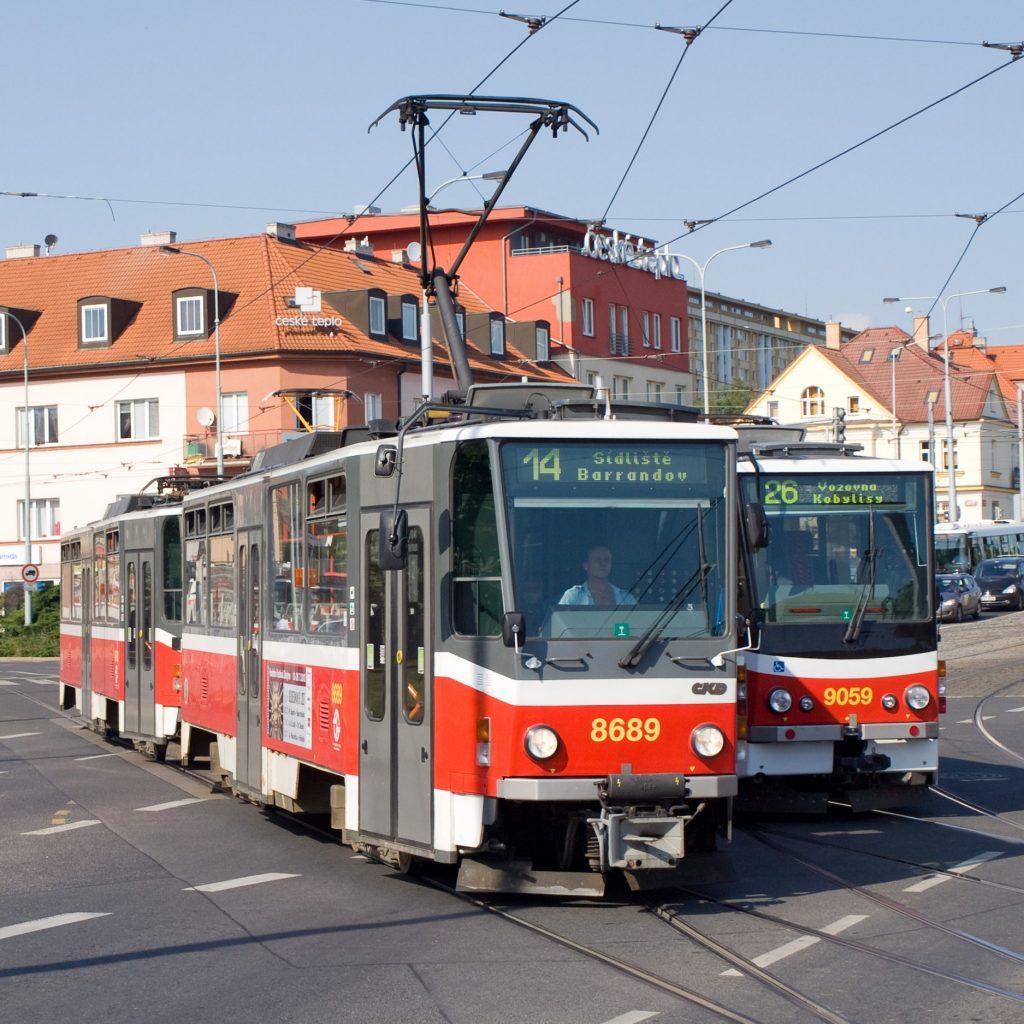Tramvaje T6A5 a KT8D5.RN2P v pražských Kobylisích v blízkosti stejnojmenné stanice metra. (zdroj: Wikipedia.org; foto: Honza Groch)