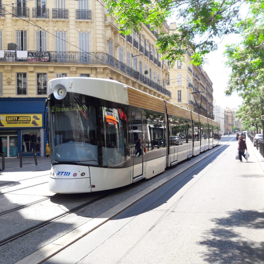 Marseillské tramvaje mají neotřelý design, jak ukazuje například tento snímek z 18. 5. 2018. (foto: Vít Hinčica)