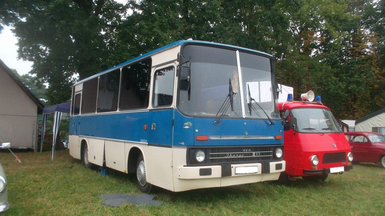 Většina autobusů Ikarus 211 pro NDR byla vyrobena ve dvoudveřovém provedení. (zdroj: Wikipedia.org)