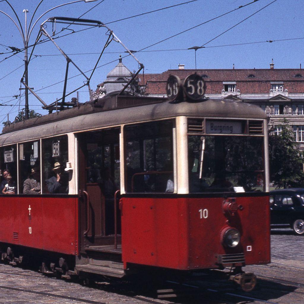 Tramvaje koncepce KSW se dostaly také do Vídně, kde byly označeny jako řada A. Celkem dostala rakouská metropole 30 vozů, které byly dodány sice ještě za války, avšak bez elektrické výzbroje, která byla namontována až dodatečně. Původně měly vozy z výroby jednoduché lakování pískově hnědébarvy, typická vídeňská kombinace červené a bílé se začala používat až od roku 1949. V provozu se tramvaje udržely do roku 1976. (zdroj: Wikipedia.org)