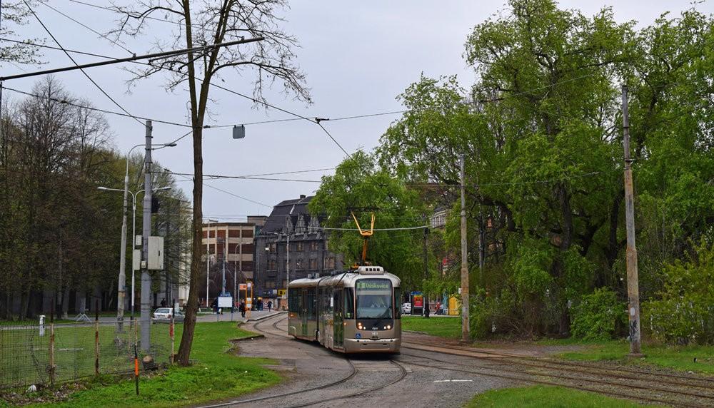 Jediná ostravská tramvaj typu VarioLF2+ ev. č. 1411 vjíždí na smyčku Výstaviště. (foto: Petr Bystroň)