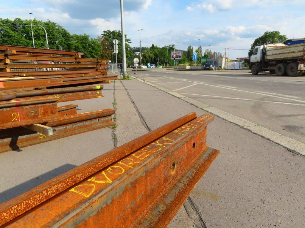 Koleje pro odbočení na Dvorecký most, jenž ještě nestojí. (foto: Ing. Filip Jiřík)