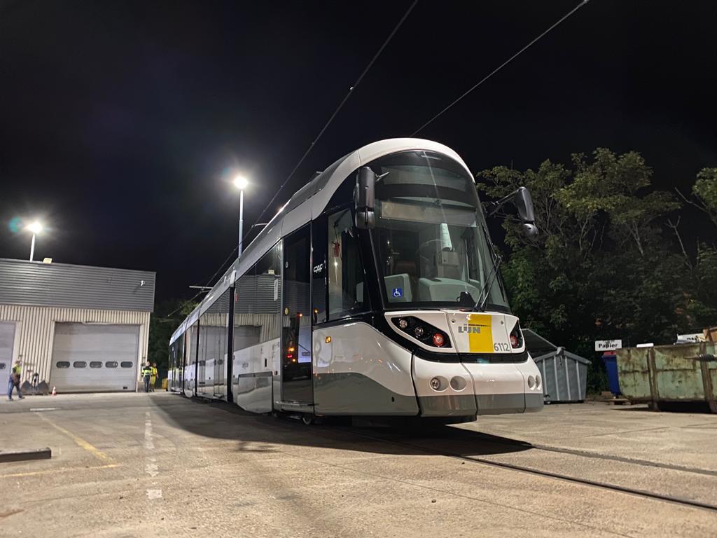 První nová tramvaj CAF Urbos 100 pro kusttram v Belgii. (foto: De Lijn)