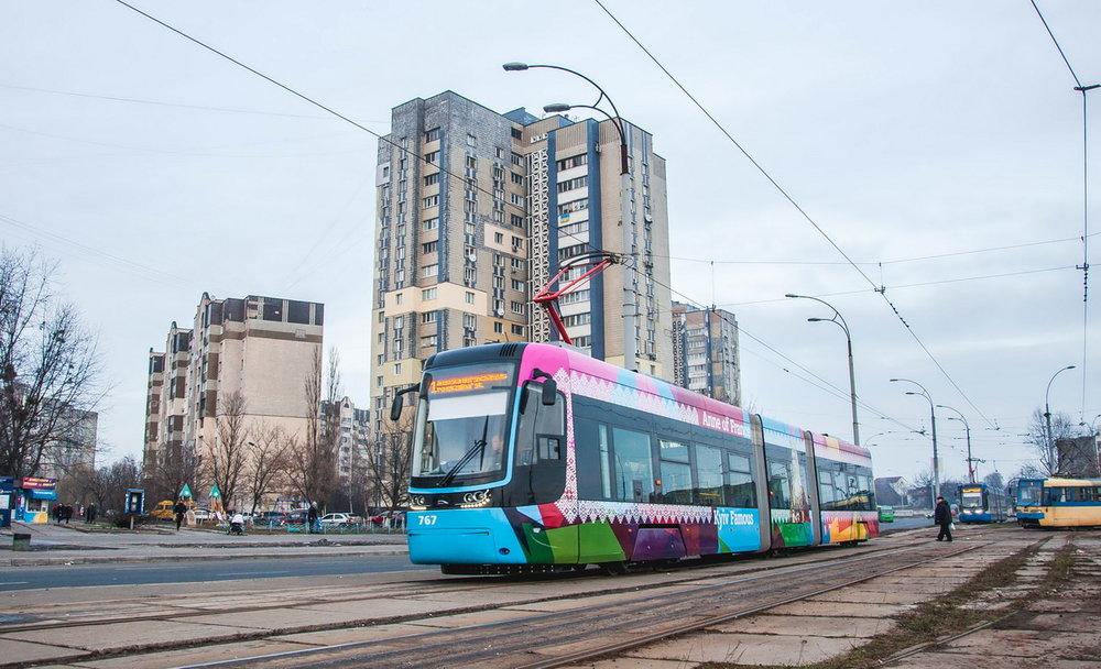 Polský podnik je hlavním favoritem, jeho vozidlo je však o cca 4 m kratší než vozidla nabízená konkurencí. Na snímku v Kyjevě PESA Fokstor ev. č. 767 dne 2. 2. 2018. (foto: Levis)