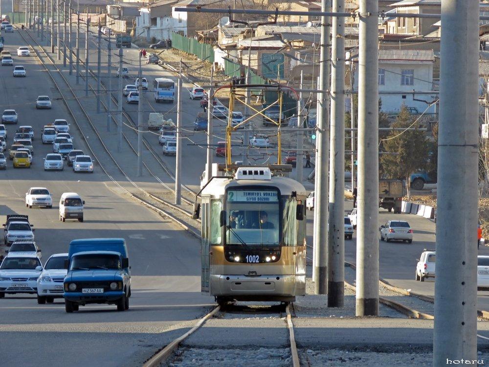 Na snímku z 3. 2. 2018 vidíme tramvaj na ulici Šachizinda, po které je nová trať také vedena. (foto:Kirill Markin)