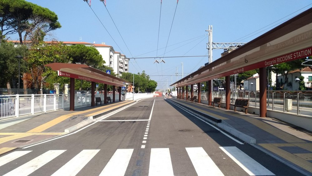 Konečná zastávka v Riccione zvaná Ceccarini Riccione Station. Za ní následuje už jen obratiště u kruhového objezdu, které je jediným místem po trase, kde se trolejbusy setkávají s ostatní silniční dopravou. Snímek z 20. srpna 2018 je orientován severně, směrem k Rimini. (foto: Vladyslav Savytskyy)