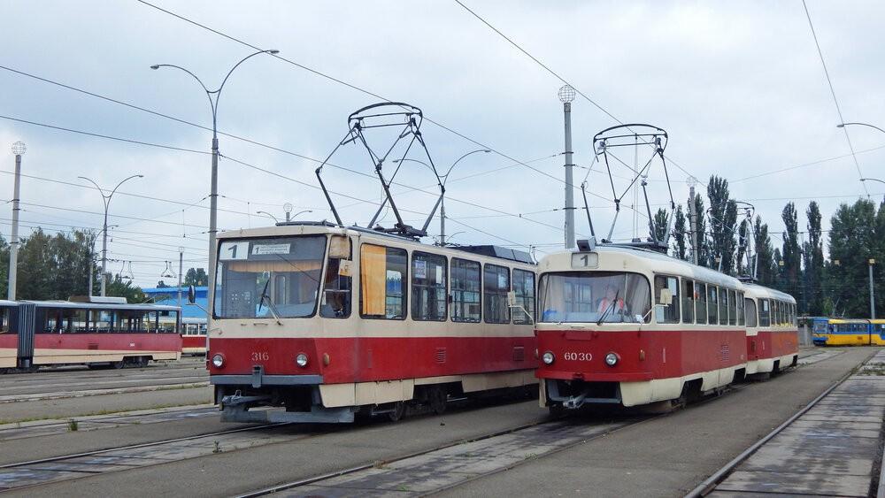 Souprava kyjevských vozů T3 pózuje vedle tramvaje T6B5 v areálu vozovny Ševčenko v Kyjevě. (foto: Petr Bystroň)