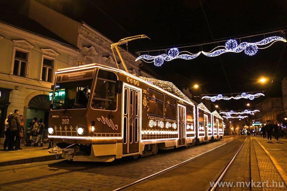Tramvaj KT8D5 miskolcského DP se stala vítězem ankety o nejhezčí Vánoční tramvaj. (zdroj: mvkzrt.hu)