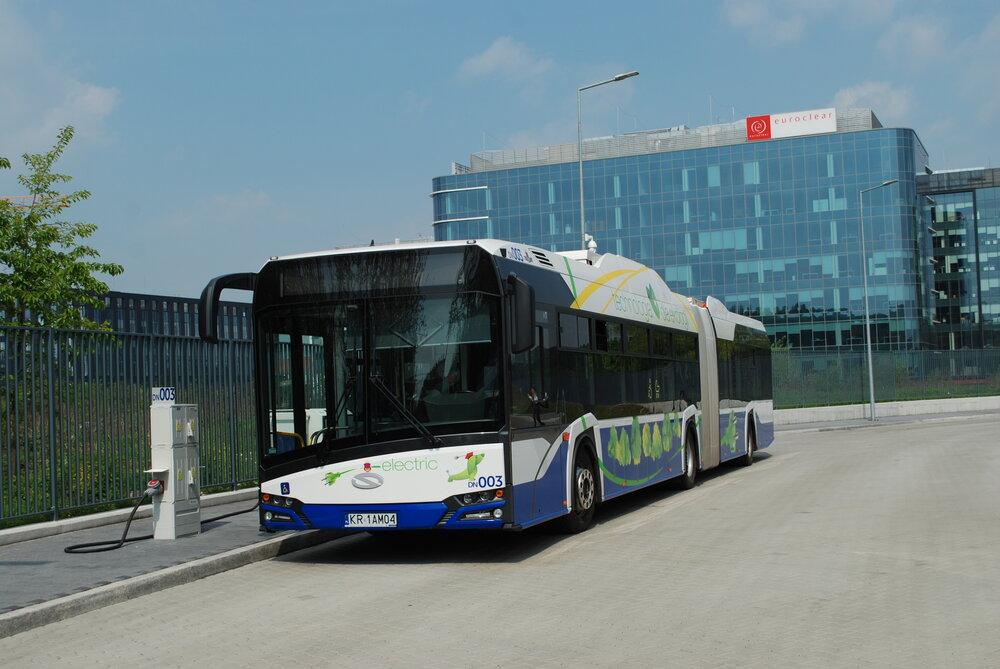 Nákup elektobusů se realizuje pochopitelně díky dotacím. Tak byla nakoupena i první početná flotila elektrobusů v Krakově, která čítá přes 20 vozů. Ty dodal Solaris. (foto: Libor Hinčica)
