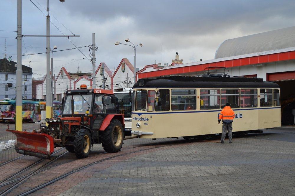 Tramvaj T2-64 je zatlačována na odstavnou kolej v hale liberecké vozovny. (foto: Zdeněk Mazánek)