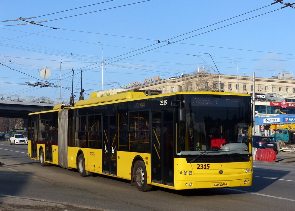 Trolejbus Bogdan T901.10 z roku 2011 na snímku z 22. ledna 2020. Městu se loni podařilo koupit jen 13 trolejbusů z 55 objednaných. Stavbu nové trati jižně od centra ani nezačalo, je proto otázkou, kolik se toho z generálního plánu podaří naplnit. (foto: Aleksandr Tarasov)