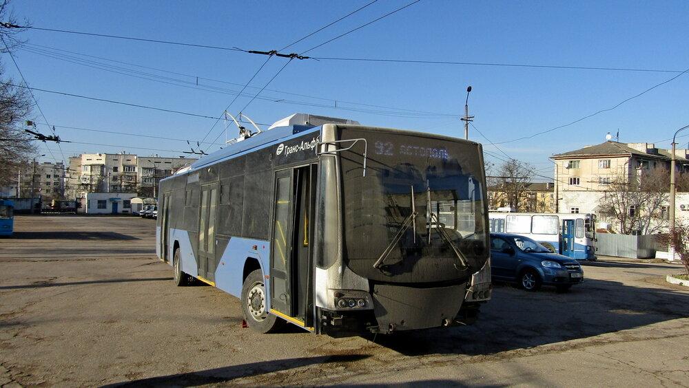 Jeden z prvních nových trolejbusů Trans-Al'fy se na Krym dostal v takovémto špinavém stavu. (foto: Michail Jakovlev)