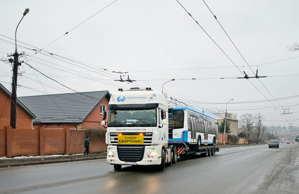 Nový trolejbus přijel na trajleru ukrajinské společnosti WestAutoTrade. (foto: TRalex)