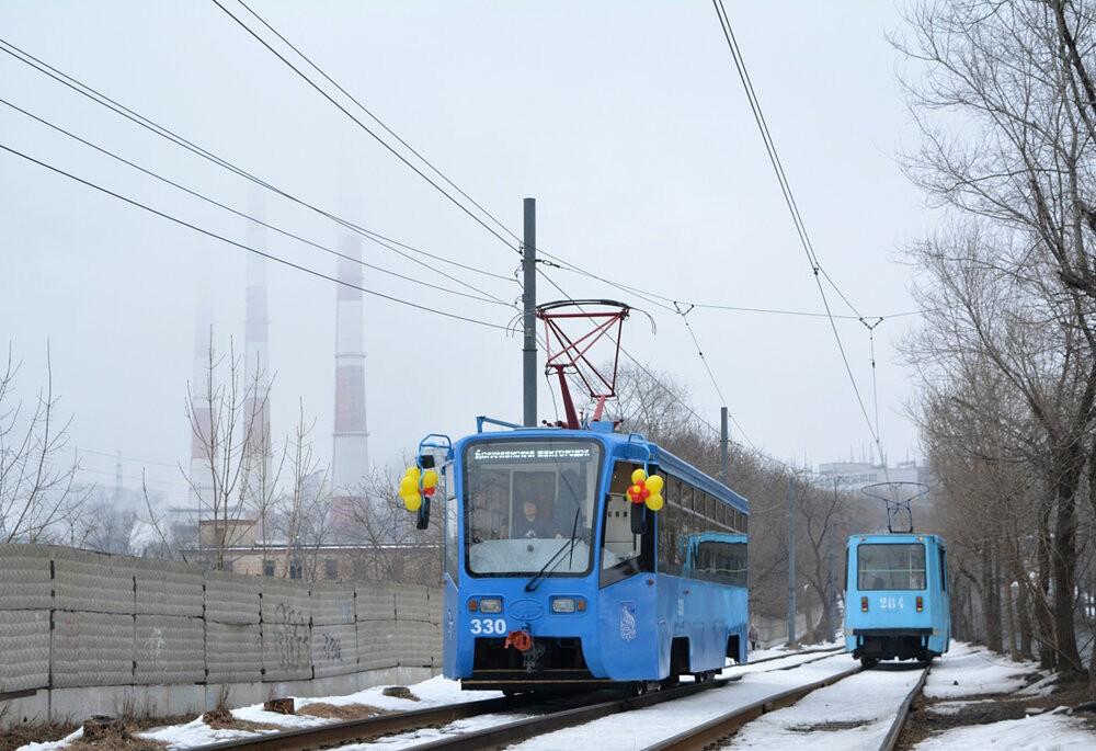 Ex-moskevský vůz dne 8. 3. 2020 se slavnostními balónky.