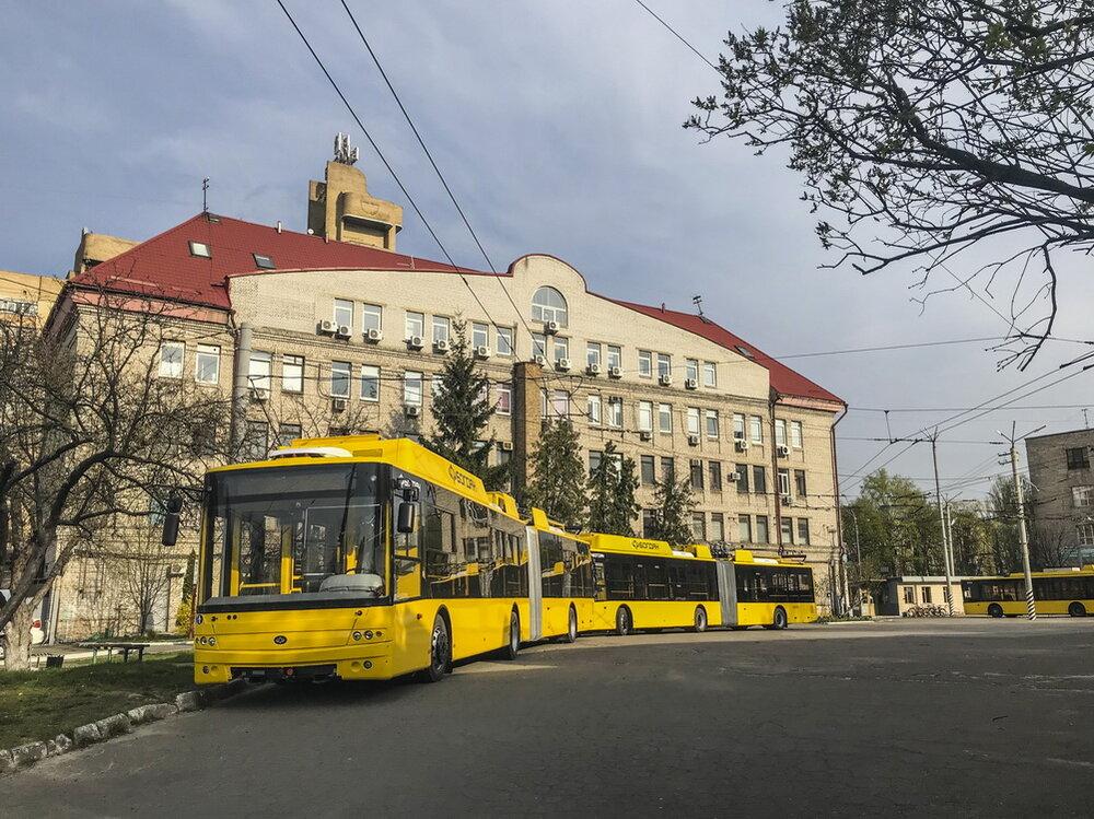 Snímek z 13. dubna 2020 (trolejbusy zatím nedostaly ev. čísla). (foto: Valerij Mokranskij)
