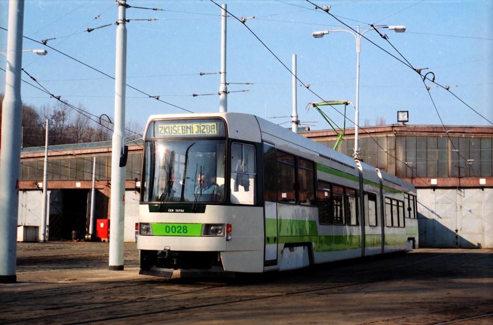 Prototyp tramvaje RT6N1 vyfotografovaný 11. 3. 1994 ve vozovně Motol. (foto: Jan Horský)
