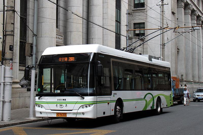 Trolejbusy v Šanghaji jezdí již od roku 1914. Dnes slouží na linkách okolo 300 vozů. (zdroj: Wikipedia.org)