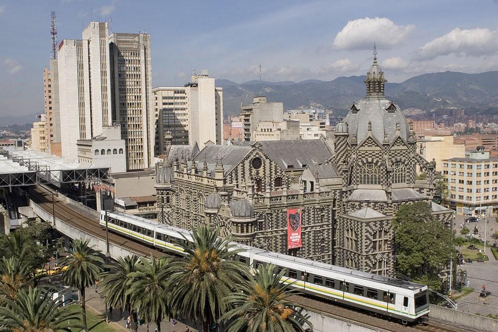 První úsek medellínského metra byl po více než 10 letech pracíotevřen 30. listopadu 1995. Dnes síť této ve skutečnosti povrchové železnice o rozchodu 1 435 mm sestává ze dvou dvoukolejných tratí o celkové délce 31,3 km. Každá z těchto tratí je obsluhována právě jednou linkou, jmenovitě A a B. Linka A, starší, měří 25,8 km a obsluhuje 21 stanic, linka B měří jen 5,5 km a obsluhuje 7 stanic. Mezi linkami A a B se dá přestoupit ve stanici San Antonio, která je pro linku A mezilehlá a pro linku B slouží jako jedna z konečných. Nicméně ve stanici San Antonio není mezi tratěmi obou linek kolejové propojení, to je totiž umístěno o něco dále a je řešeno v podobějednokolejnéspojnice o délce 3,2 km. Účel této spojnice byl až donedávna ryze služební (zejména pro přetah souprav do depa), nicméně v letech 2014 a 2015 byl zkušebně využíván i pro přepravu osob. Momentálně se řeší uzpůsobení stanic Suramericana (leží na lince B) a Caribe (ležící na lince A) a dále zdvoukolejnění předmětné spojnice, díky čemužby mohla být natrvalo zavedena linka označovaná písmenem C, jež by měla sloužit výhradně jako kyvadlová. Ilustrační snímek zachycuje vlakovou soupravu u stanice Parque Berrío. (foto: wikipedia.org)