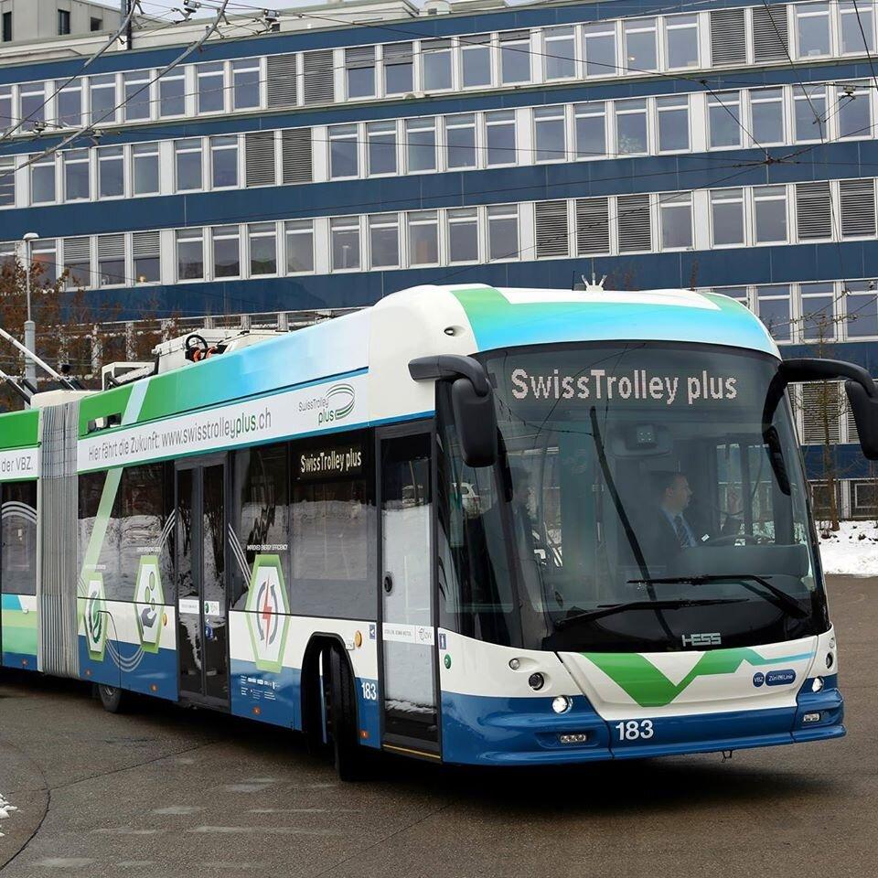 Elegantní švýcarské trolejbusy zamíří do Lyonu. V tendru hrála roli cena jen z 30 % a navíc byla vztažena k nákladům životního cyklu, největší roli hrála technická stránka (60 %), dodací lhůty a design pak měly shodně 5% váhu. (ilustrační foto: Carrosserie HESS AG)