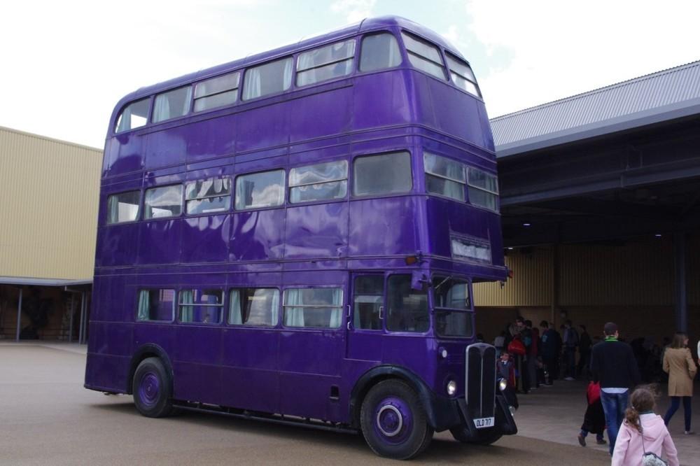 Záchranný autobus ve studiu Warner Bros v Londýně. (zdroj: www.wmbusphotos.com)
