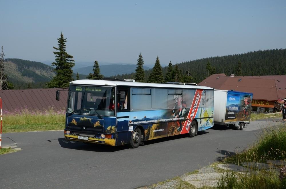 Arriva využívá cyklobusy a skibusy v různých oblastech, jež obsluhuje. Zde se nám nabízí pohle na autobus Karosa C 954 v přívěsným vozíkem na kola v Jeseníkách. (foto: Miroslav Halász)