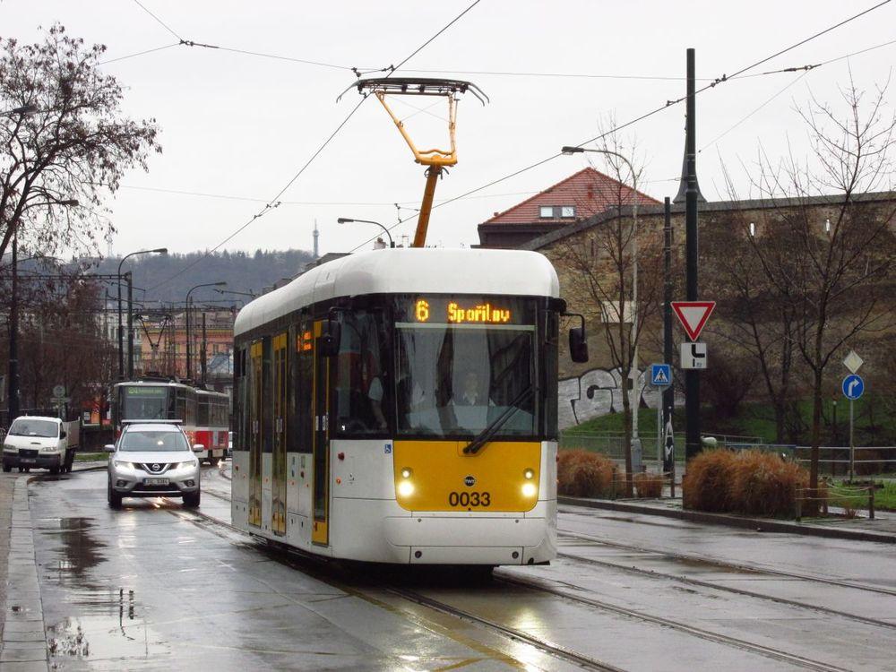 Prototyp EVO1 přijíždí k zastávce Ostrčilovo náměstí v pražských Nuslích. (foto: Ing. Filip Jiřík)