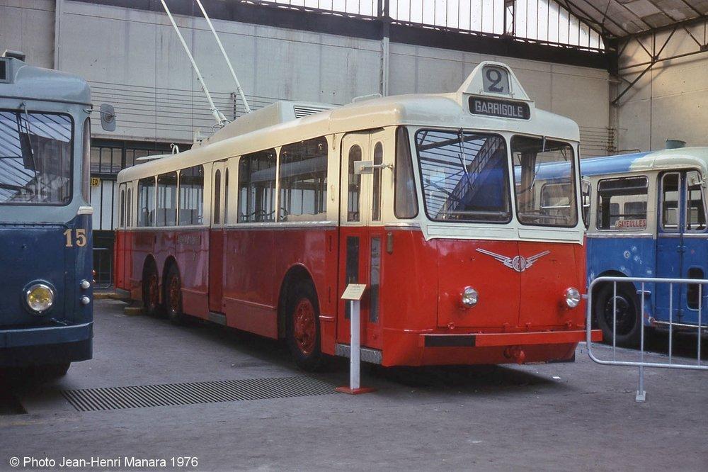 Vůz typu VA3 ev. č. 124 byl po ukončení kariéry vPerpignanu získán sdružením Amtuir. Nasnímku zroku 1976 byla zachycen vbývalé tramvajové vozovně vobci Saint-Mandé, dnes je uchováván vobci Chelles, kde by měl vyrůst i plnohodnotný objekt muzea MHD namísto stávajícího provizorního. (foto: Jean-Henri Manara)