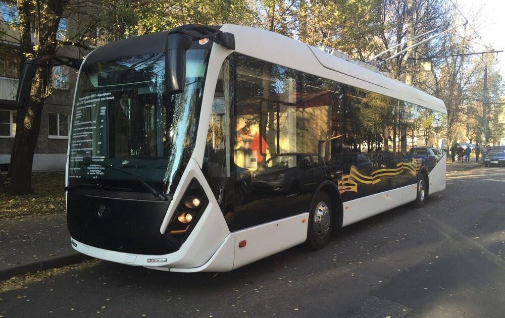 Trolejbus Admiral má neobvyklou délku 12,9 m a byl vyroben pouze coby prototyp v roce 2015. Měl zamířit do Sevastopolu, ale od roku 2019 je v Petrohradu. Mimoto ještě navštívil například Rostov na Donu, o čemž svědčí i tento snímek. Výrobce na svém webu žádnou vhodnou fotografii svého trolejbusu nevystavuje, nicméně slíbil, že vozy pro Petrohrad budou inovací tohoto modelu. (foto: Администрация Ростова-на-Дону)