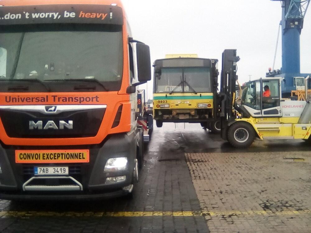 Přepravu trolejbusu zajišťuje specialista na transport nadrozměrných nákladů a dopravních prostředků – Universal Transport. Na fotografii je překládka na trajler v Bremerhavenu. (foto: Universal Transport)