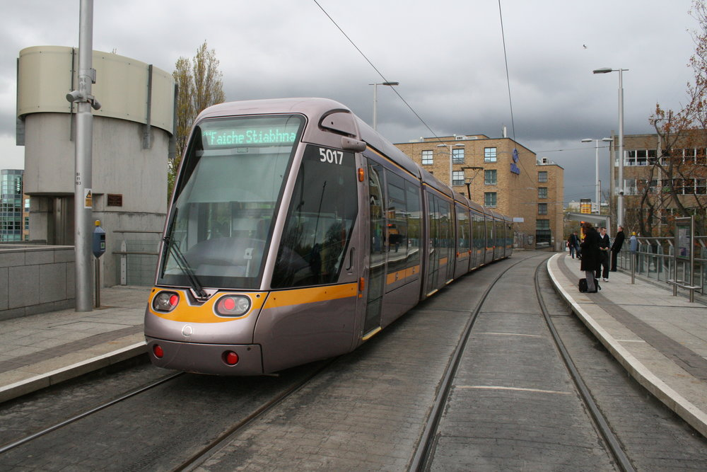 Doposud měly nejdelší tramvaje v Dublinu délku 43 m. Šlo o vozy Alstom Citadis 402, který vidíme i na této fotografii. Nejnovější tramvaje však budou ještě o více než 11 m delší. (zdroj: Wikipedia.org)