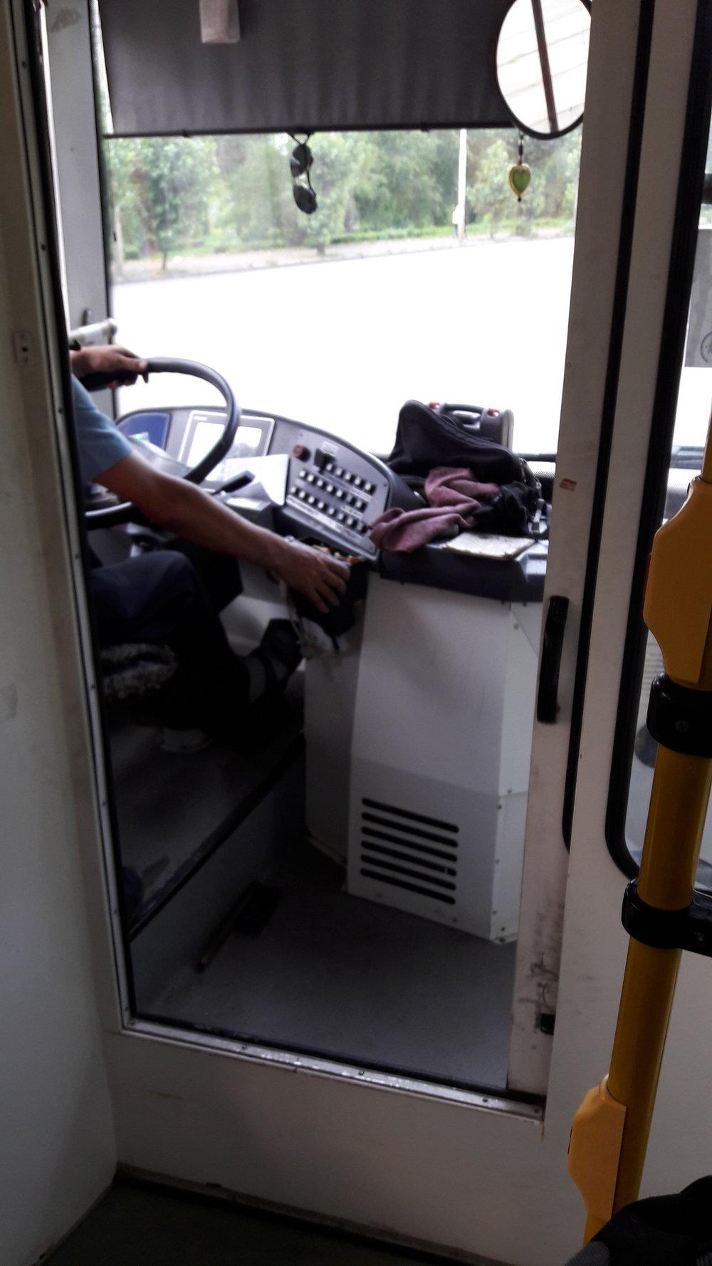 Kabina řidiče vtrolejbuse Trolza.