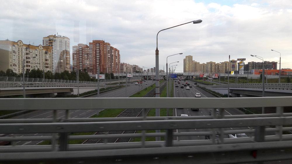 Pohled ztrolejbusu jedoucího po nadjezdu vjihovýchodní části města.