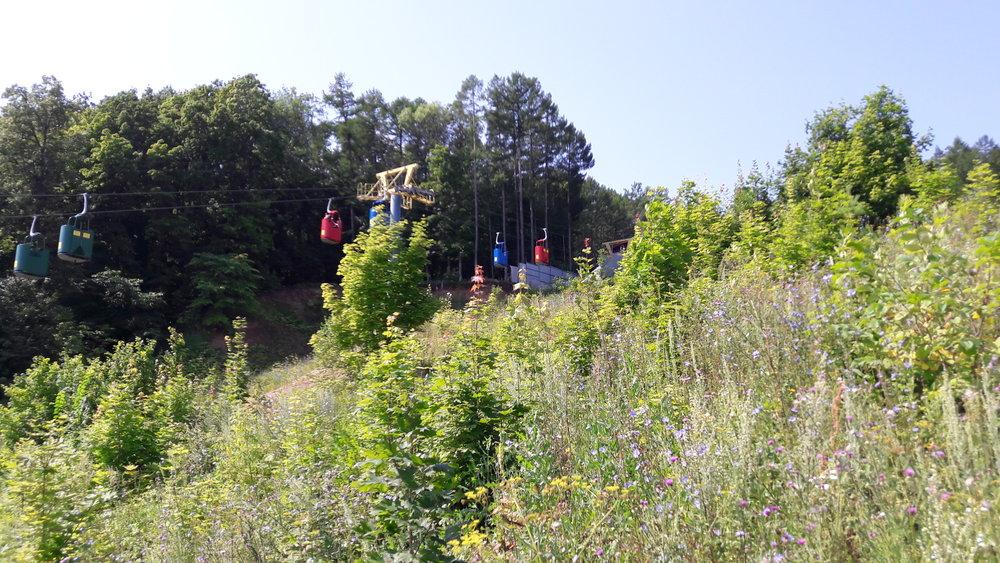 Pohled nasoučasnou lanovku od zmizelého můstku. Původní lanovka ale byla dle místníjiž letité rodačky někde za zády fotografa.