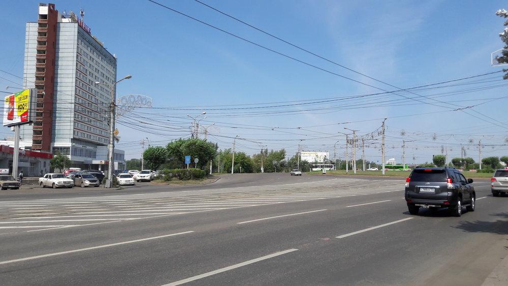 Predmostnaja ploščaď napravém břehu města (na dalších 4 snímcích rovněž). Povšimněte si nejen tramvaje převážející štěrk, ale i trolejbusových trolejí, které zůstaly odstřihnuté od zbytku sítě.