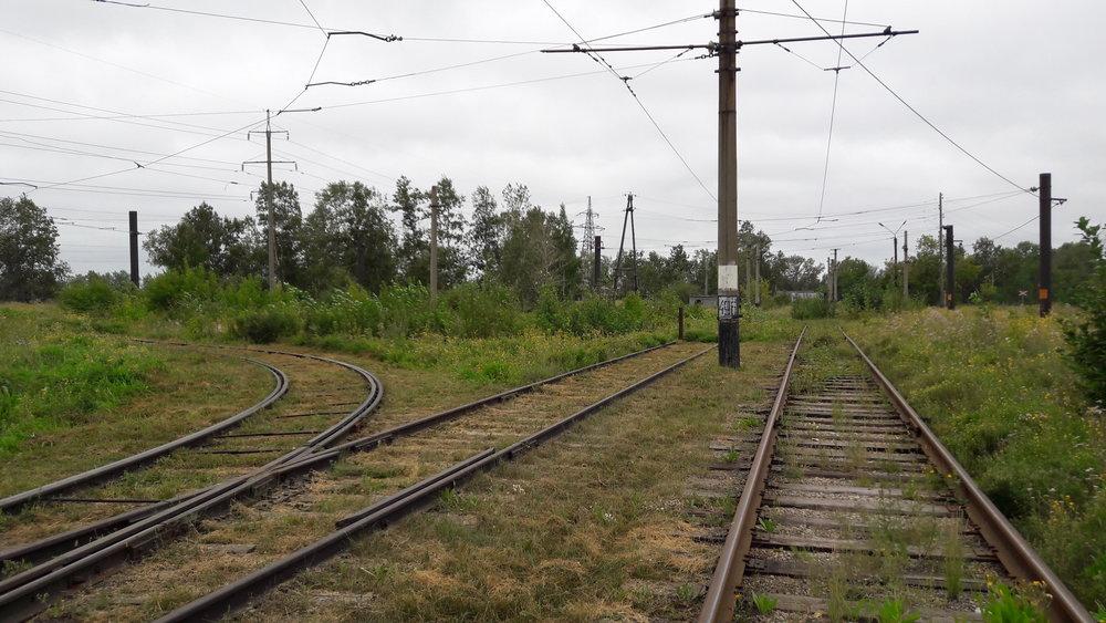 Vpravo odbočovala trať kChimfarmkobinatu.