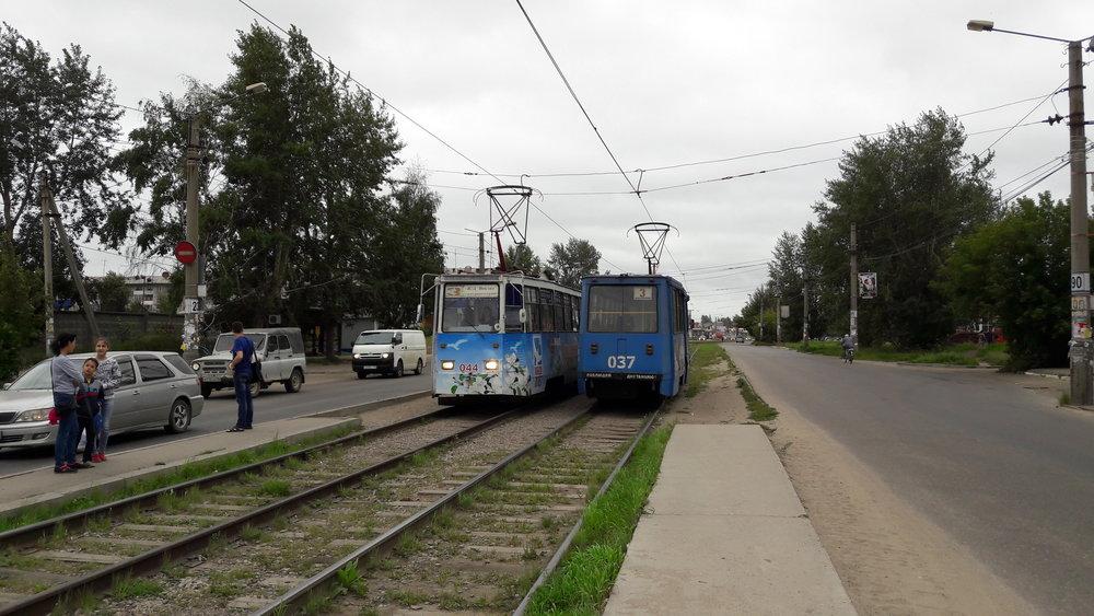 Zastávka Privokzal'nyj, kde dříve tramvaje končily. Vdáli je vlakové nádraží.