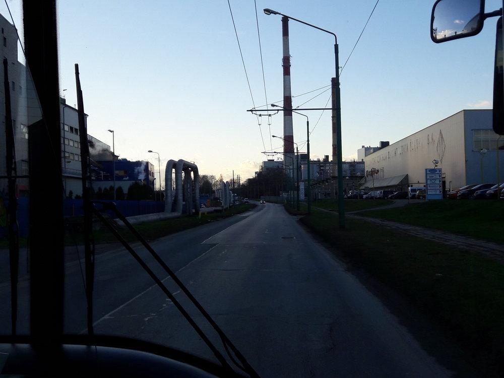 Cesta trolejbusem nalinkách A, C a D nabízí i tento pohled. Zde u zastávky Przemysłowa II.