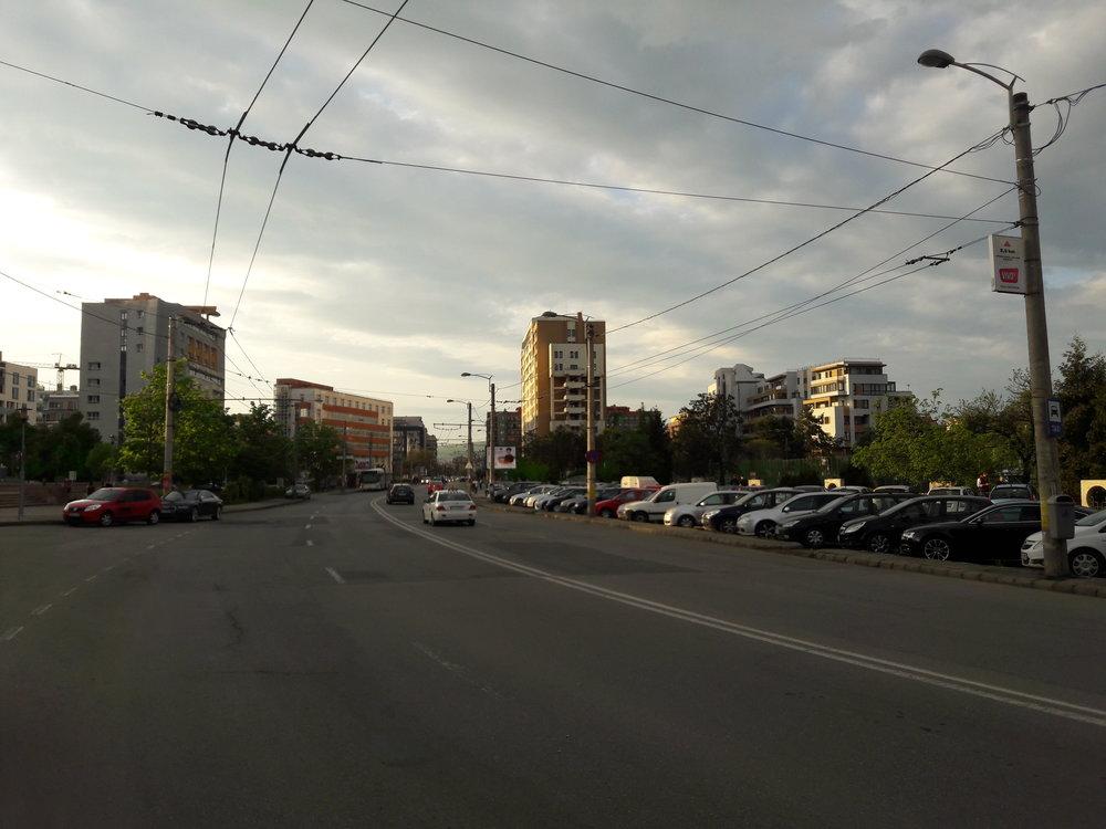 Po ulici Theodor Mihali (východně od centra) je vplné délce natažena pouze jedna stopa, ta druhá je, jak lze vidět, přerušená. Funkční stopa je využívána linkou č. 25, která je řešena jako polookružní.