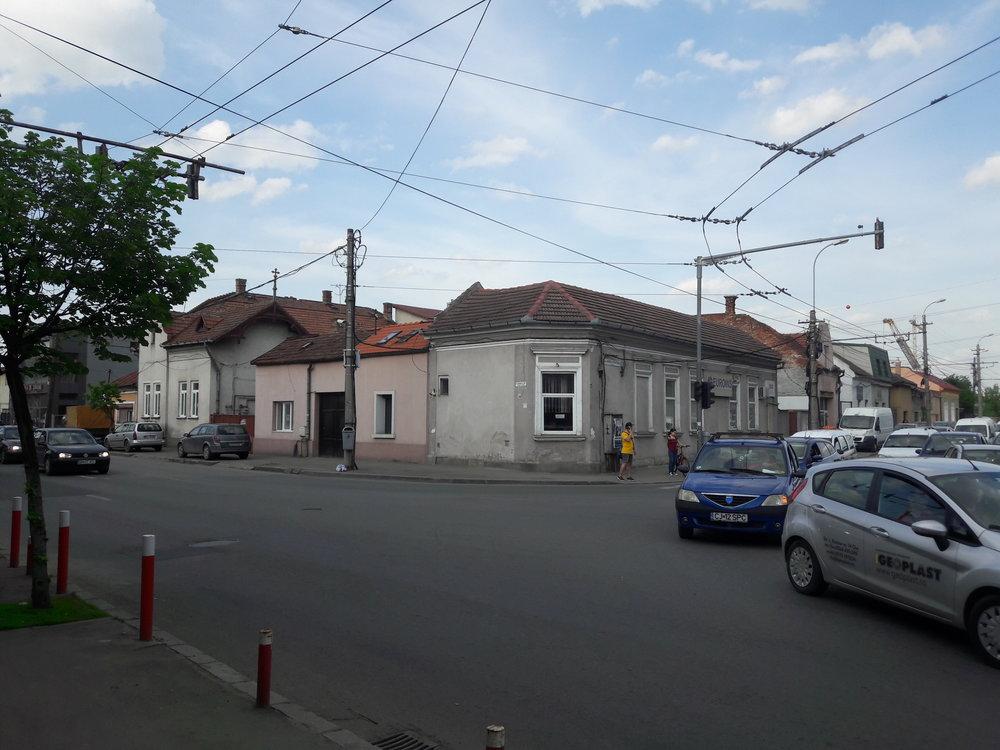 Snímek byl pořízen nedaleko zastávky Poliția Est. Levá stopa vede od vlakového nádraží, kde končí linky 3, 4 a 5 (k nádraží se dostávají jinou ulicí), pravou využívá linka č. 1 (jedoucí zkonečné Piața 1 Mai), která taktéž vopačném směru využívá částečně jiného směrování.