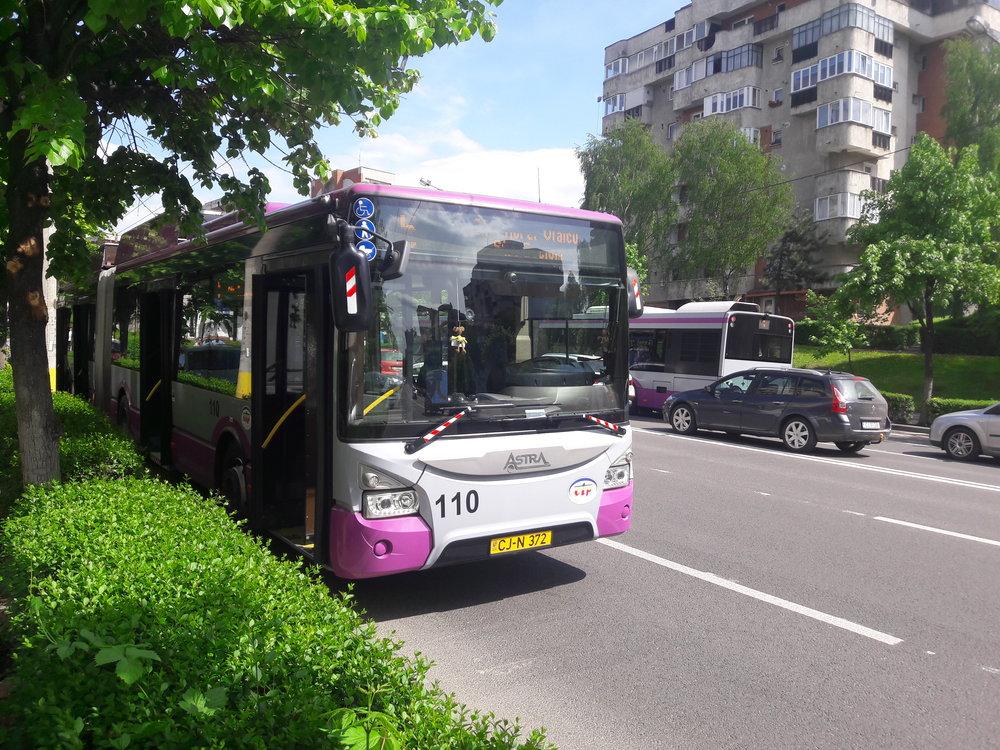 Trolejbus Astra Town 118 vzápadní části vykázal problém svýzbrojí, a tak při čekání nasvou opravu odpočívá pod korunami stromů (27. 4. 2018).