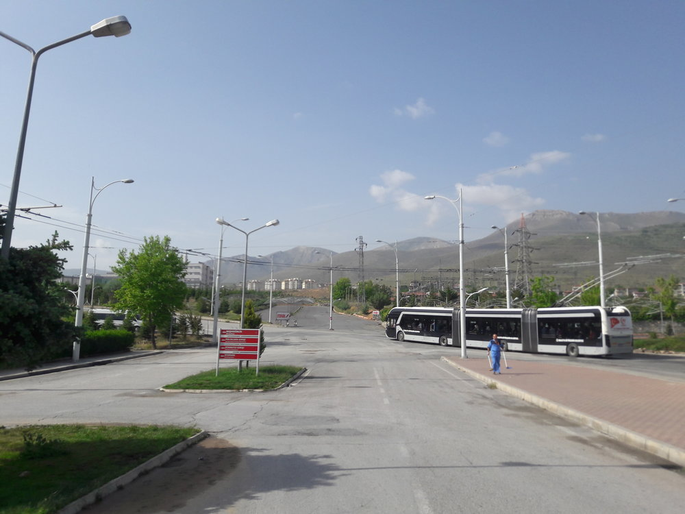Stopa vlevo umožňuje vrátit se do centra bez nutnosti projíždět celým kampusem.