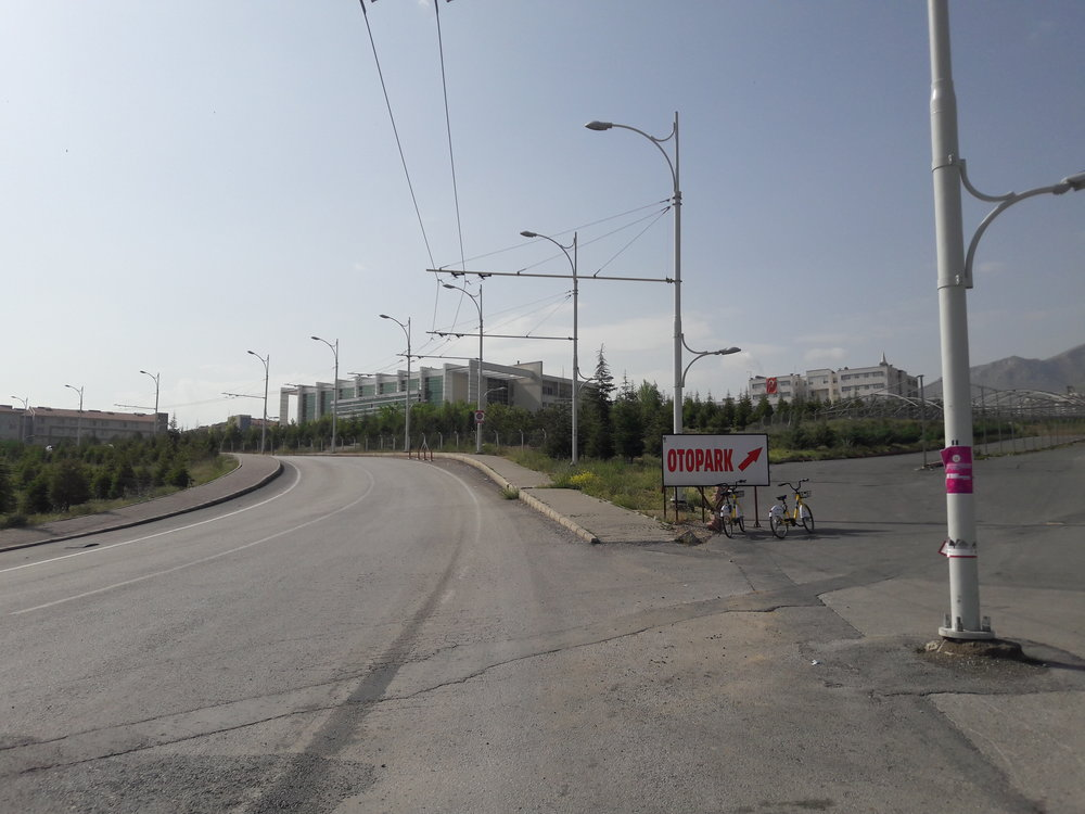 Trolejbus po první zastávce vareálu kampusu směřuje výše.