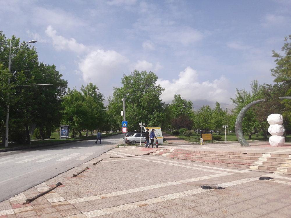Mezi pátou a šestou zastávkou vkampusu. Hlavní promenáda vareálu trolejbusovou trať kříží.