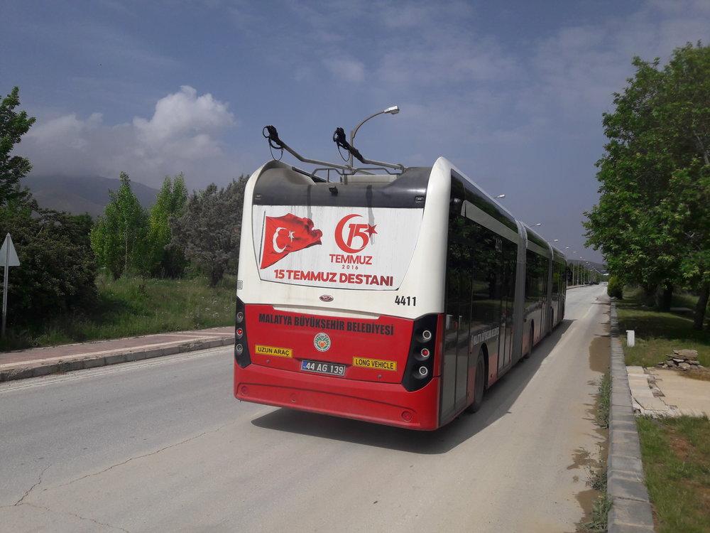 Trolejbus jezdí po části trati nuceně se sklopenými sběrači.