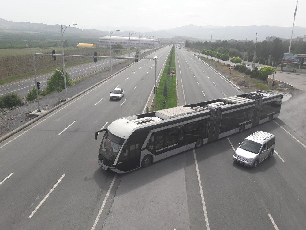 Trolejbus se vrací do původní stopy.